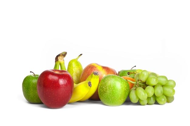 Vruchten opgehoopt op wit