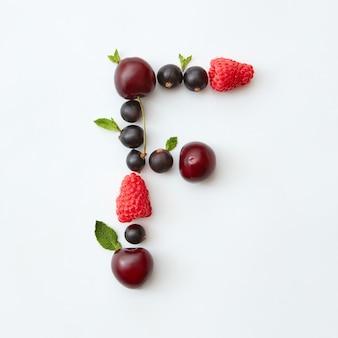 Vruchten patroon van letter f engelse alfabet van natuurlijke rijpe bessen - zwarte bes, kersen