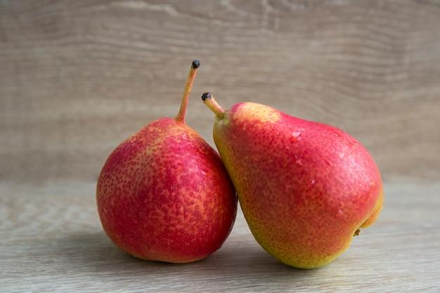 Vruchten zijn rijpe peren. bio-gezond eten. twee rode peren. stilleven.
