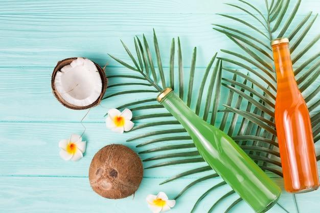 Vruchtendranken in flessen en rijpe kokosnoten