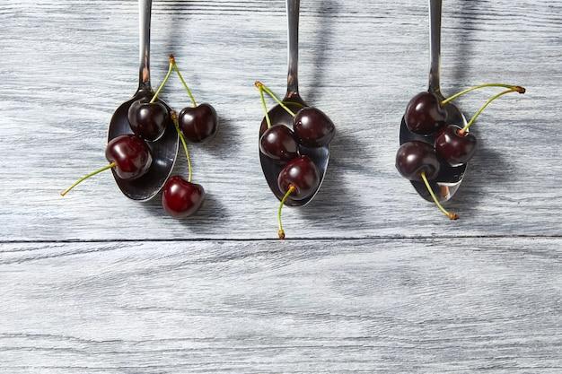 Vruchtenpatroon van verse bessen op houten tafel. concept van gezond biologisch voedsel met kopieerruimte. plat leggen.
