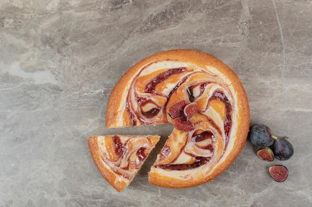 Vruchtentaart en verse vijgen op marmeren achtergrond. hoge kwaliteit foto