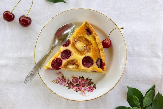 Vruchtentaart met abrikozen en kersen
