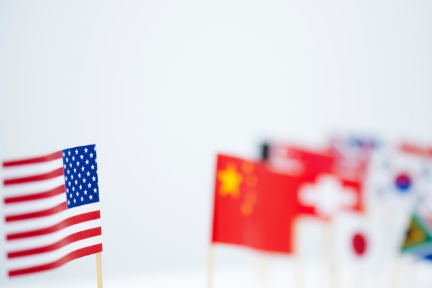 Vs china en vlaggen van meerdere landen. het is het symbool van amerika's eerste beleid en tariefhandelsoorlog.