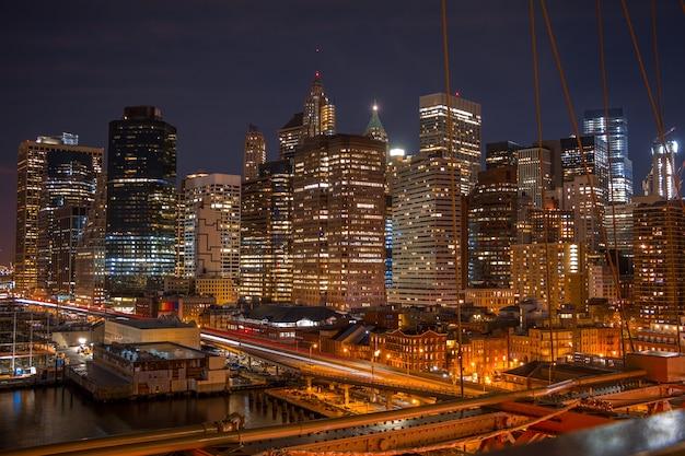 Vs. new york city. nacht. de waterkant van manhattan. het uitzicht vanaf de brooklyn bridge