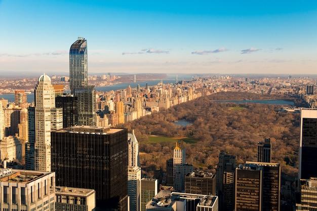 Vs. new york city. uitzicht vanaf een wolkenkrabber van central park. vroege lente