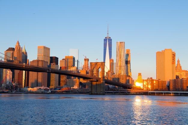 Vs. new york. de wolkenkrabbers van manhattan en de brooklyn bridge. ochtend