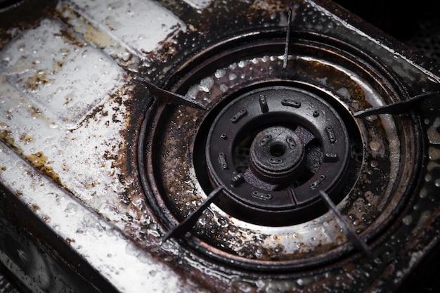 Vuil gasfornuis grunge met olievet zwarte brandwond vlek oude onreine behoefte te schrobben