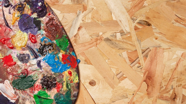 Vuil kleurenpalet op houten exemplaar ruimteachtergrond