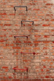 Vuile bakstenen muur en ladder