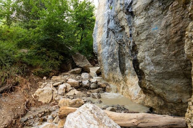 Vuile bergrivier na regen, tussen wilde rotsen.