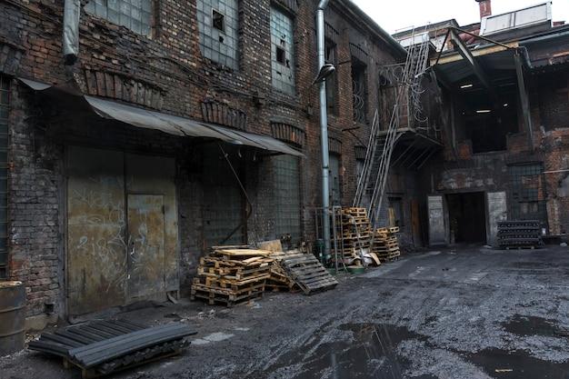 Vuile binnenplaats van de oude fabriek