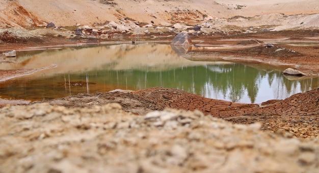 Vuile bodem van een opgedroogd meer ecologische problemen