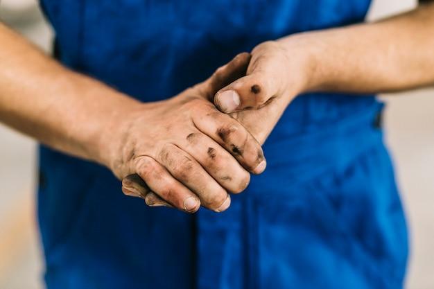 Vuile handen van monteur