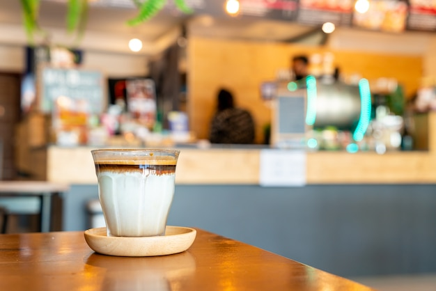 Vuile koffie - een glas espresso-shot gemengd met koude verse melk in het café en het restaurant van de coffeeshop