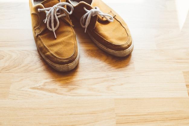 Vuile oude schoenen vintage stijlen op houten vloer