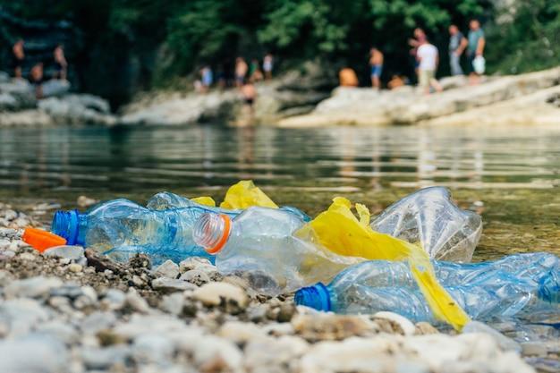 Vuile plastic flessen en zakken, plastic in water