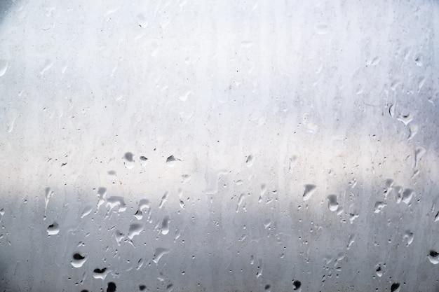 Vuile regendruppels op het glas
