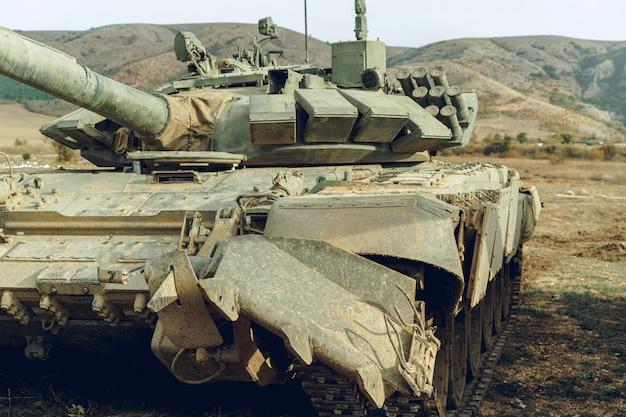 Vuile russische gevechtstanks bij tankodrome in bergen
