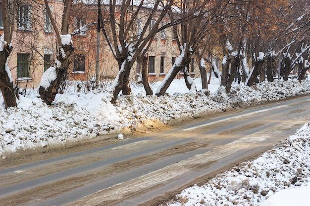 Vuile sneeuw in de straten van de stad