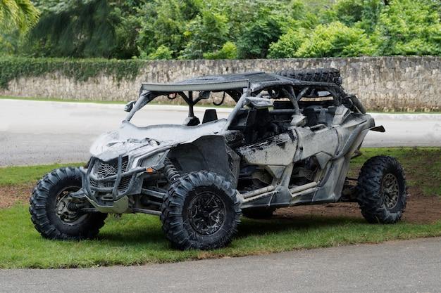 Vuile utv-buggy op een parkeerplaats.