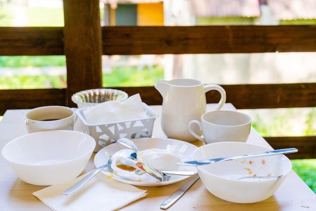 Vuile vaat op tafel. huishoudelijk afval is schadelijk voor het milieu.