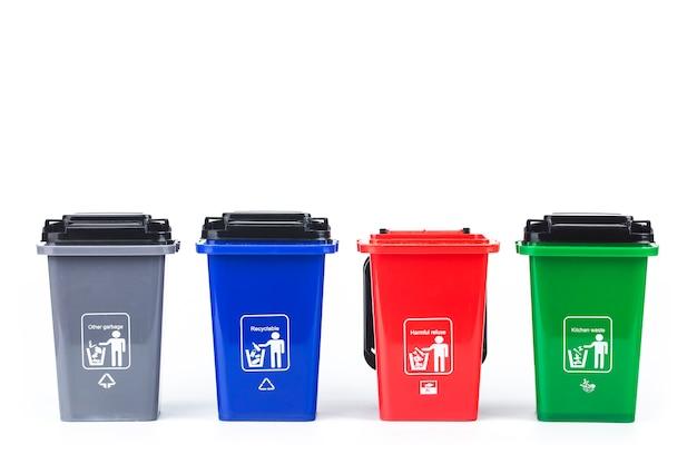 Vuilnis classificatie conceptœ kleurrijke plastic vuilnisbakken op wit wordt geïsoleerd