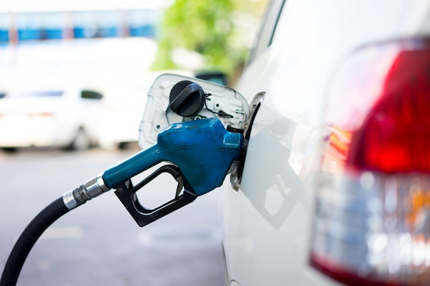 Vul brandstof bij tot een auto bij een benzinestation