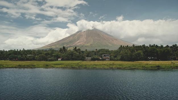 Vulkaan barst uit bij de groene antenne van de oever van het meer