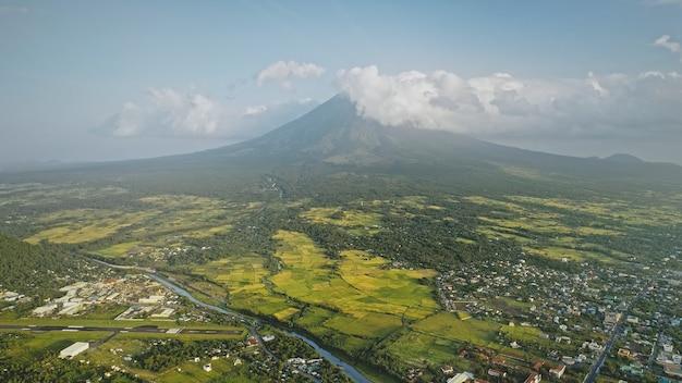 Vulkaan barst uit bij stadsgezicht luchtfoto