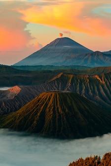 Vulkaan bij zonsondergang