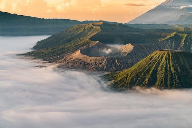 Vulkaan met mist bij zonsondergang