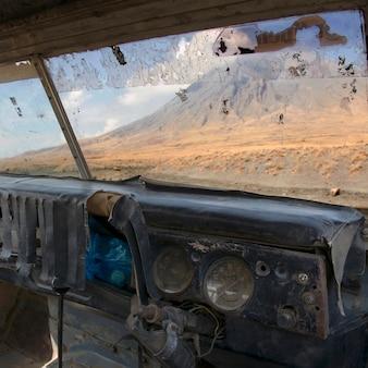 Vulkaan van tanzania, oude verlaten auto, ol doinyo lengai, tanzania