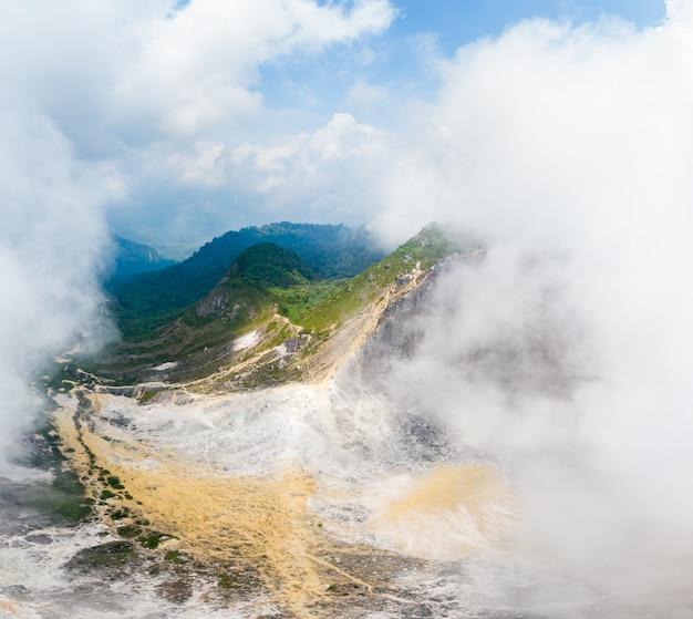Vulkaangebied met mist