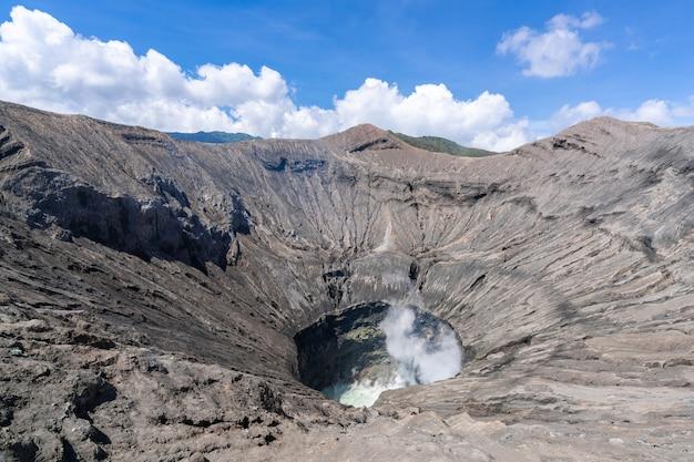 Vulkaankrater op een zonnige dag