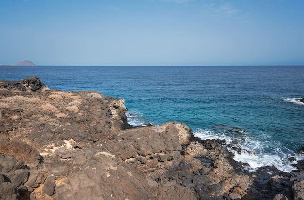 Vulkanisch landschap. kustlijn de zuid- van tenerife, canarische eilanden, spanje.