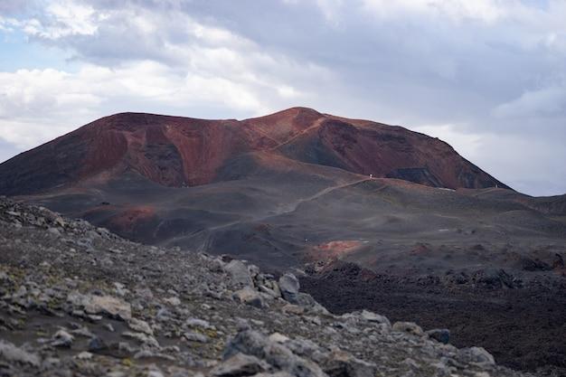 Vulkanisch landschap met rode geologische formatie op het wandelpad fimmvorduhals. ijsland.