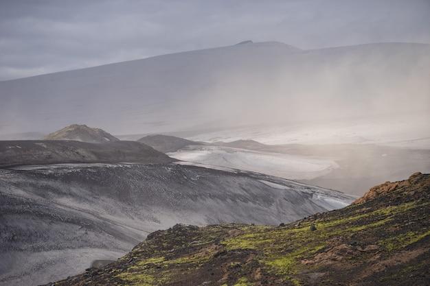 Vulkanisch landschap tijdens asstorm op het wandelpad fimmvorduhals. ijsland.