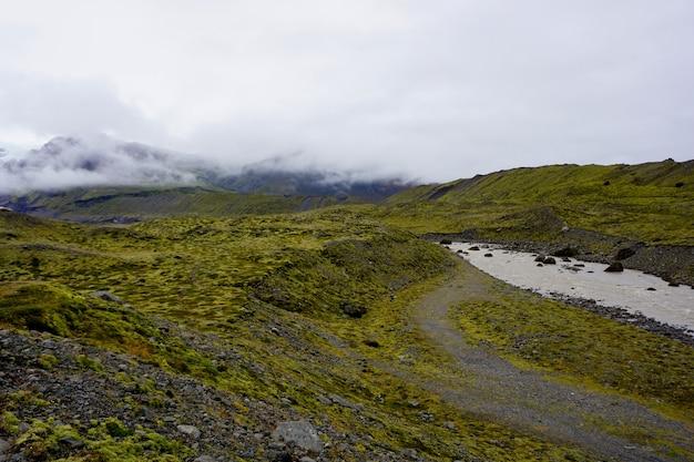 Vulkanisch landschap tijdens een bewolkte dag in ijsland.