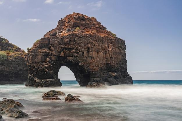 Vulkanische rotsboog, strand los roques, los realejos, tenerife, canarische eilanden