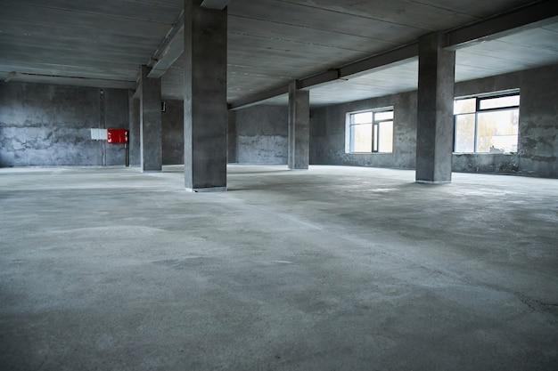 Vullen van de vloer met betonnen dekvloer en egaliseren van de vloer
