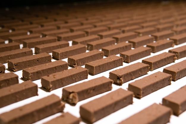 Vullingen voor snoep voordat ze met chocolade worden gegoten, bewegen op de transportband van een zoetwarenfabriek