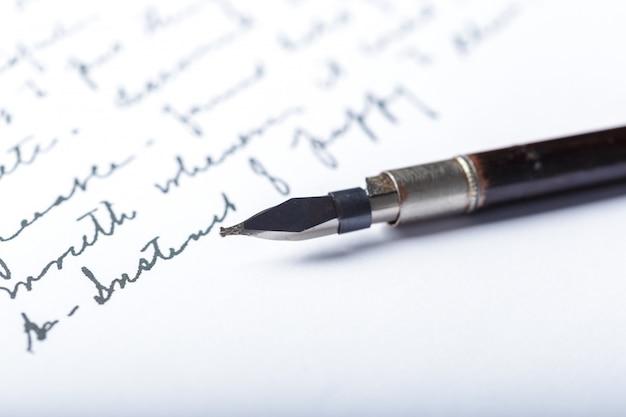 Vulpen op een antieke handgeschreven brief