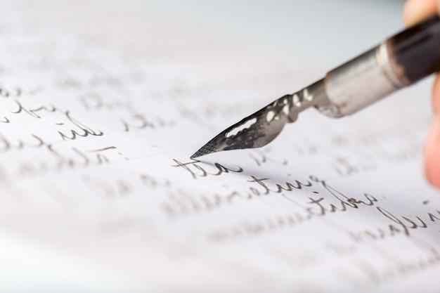 Vulpen op een antieke met de hand geschreven brief
