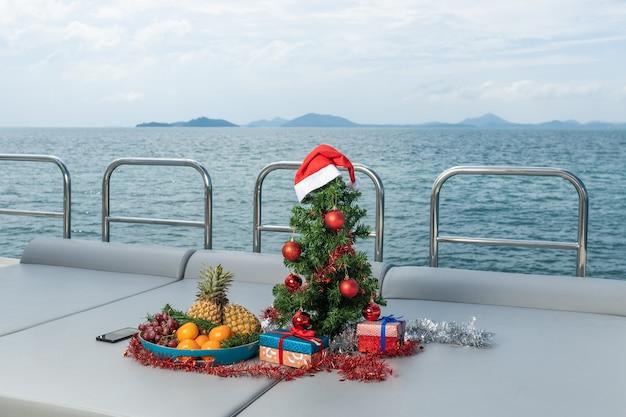 Vuren boom versierd met speelgoed op een luxe jacht. kerst in tropische landen.
