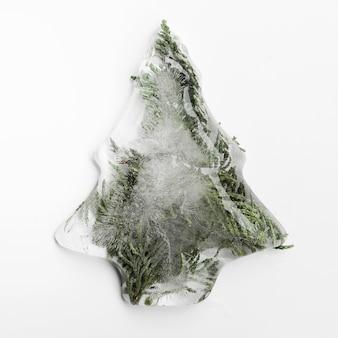 Vuren naalden in ijs in de vorm van een kerstboom