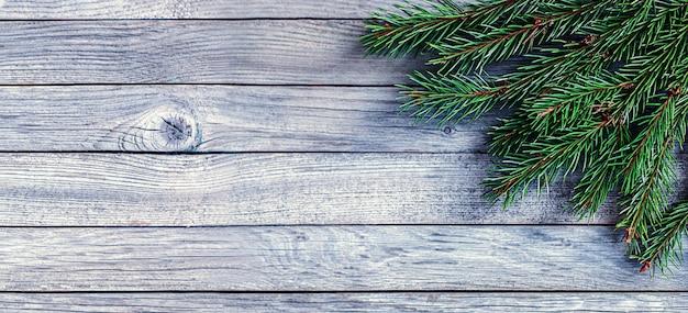 Vuren takken op grijze houten achtergrond zonder decoraties