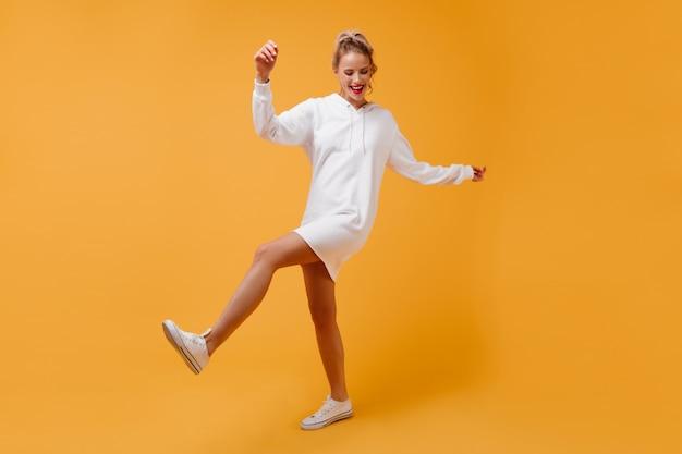 Vurige dans door aantrekkelijke sportvrouw ziet er grappig uit
