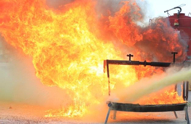 Vuur branden voor training in brandbestrijding.