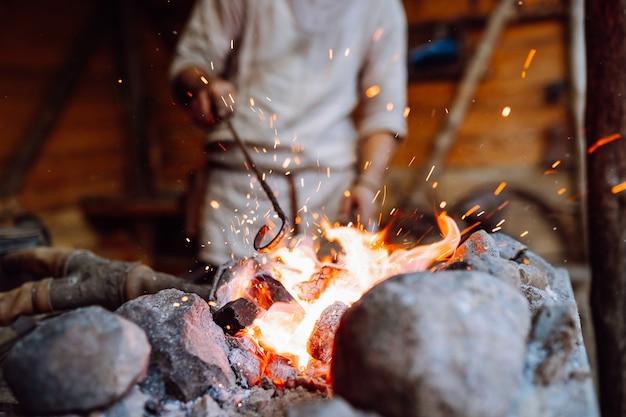 Vuur knetteren in smid werkplaats van metaal smeden
